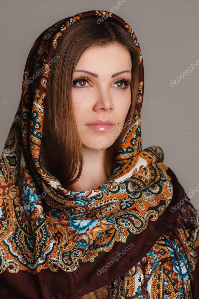3a71dc14dc07 Πορτρέτο του μια όμορφη νεαρή γυναίκα με ένα μαντήλι στο κεφάλι της —  Φωτογραφία Αρχείου
