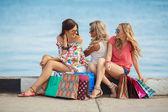 Fényképek három lány, bevásárló táskák, és bevásárol