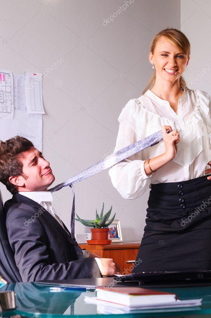 предлагает зрителю начальник угостил друга секретаршей сайте можно найти