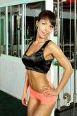 Fitnessmodell trainiert im Fitnessstudio