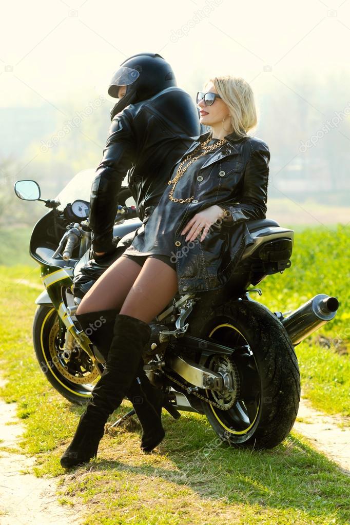 couple sur moto photographie rumisphoto 49575125. Black Bedroom Furniture Sets. Home Design Ideas