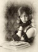 donna cerca nel vecchio album fotografico