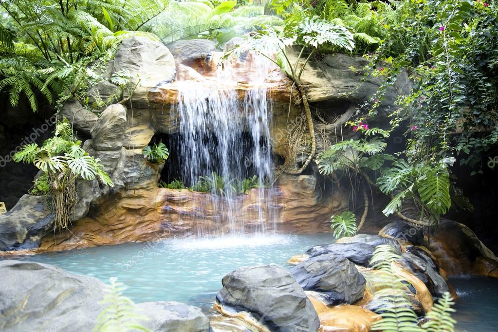 Piscine avec cascade et l 39 eau thermale chaude photo for Piscine avec cascade