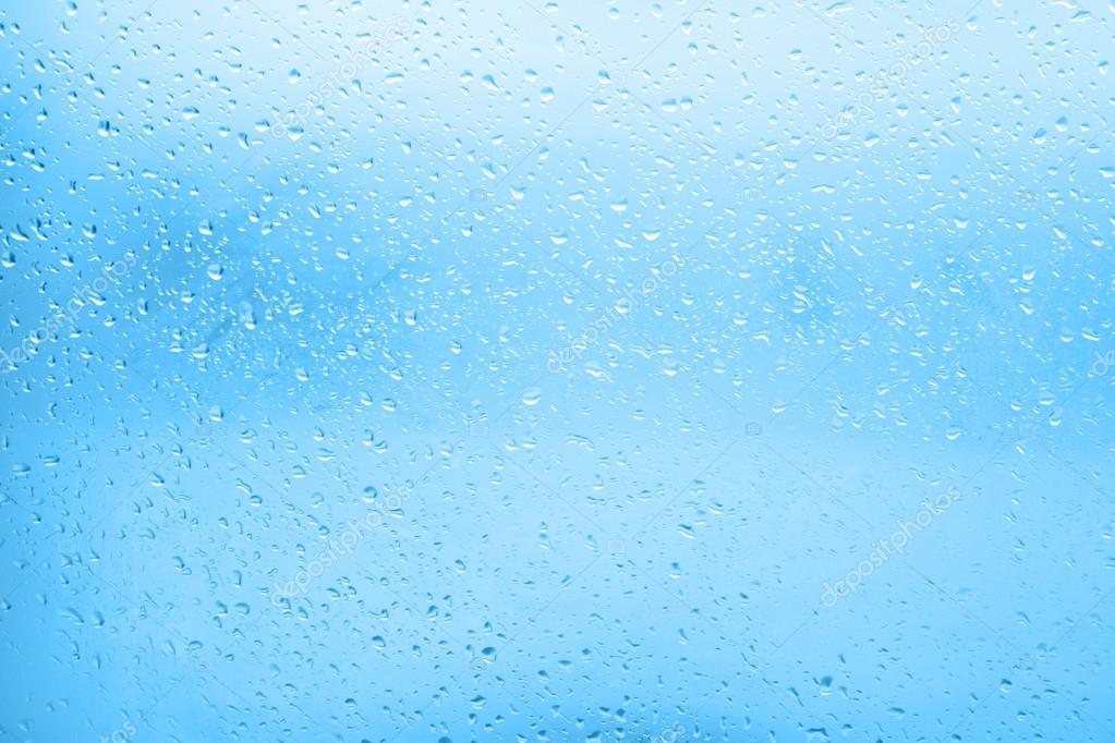 Gouttes d 39 eau qui coule sur la vitre dans un sombre jour d - Chauffe eau qui goutte ...