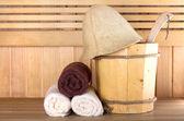 traditionelle Holzsauna zur Entspannung mit Wassereimer und