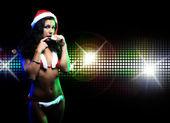 portrét krásná dívka, která nosí santa claus oblečení na disco pozadí