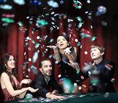 Fotografie mladí mají dobrý čas v kasinu