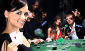 mladí lidé mají dobrý čas v kasinu