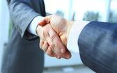 két üzletember kezet