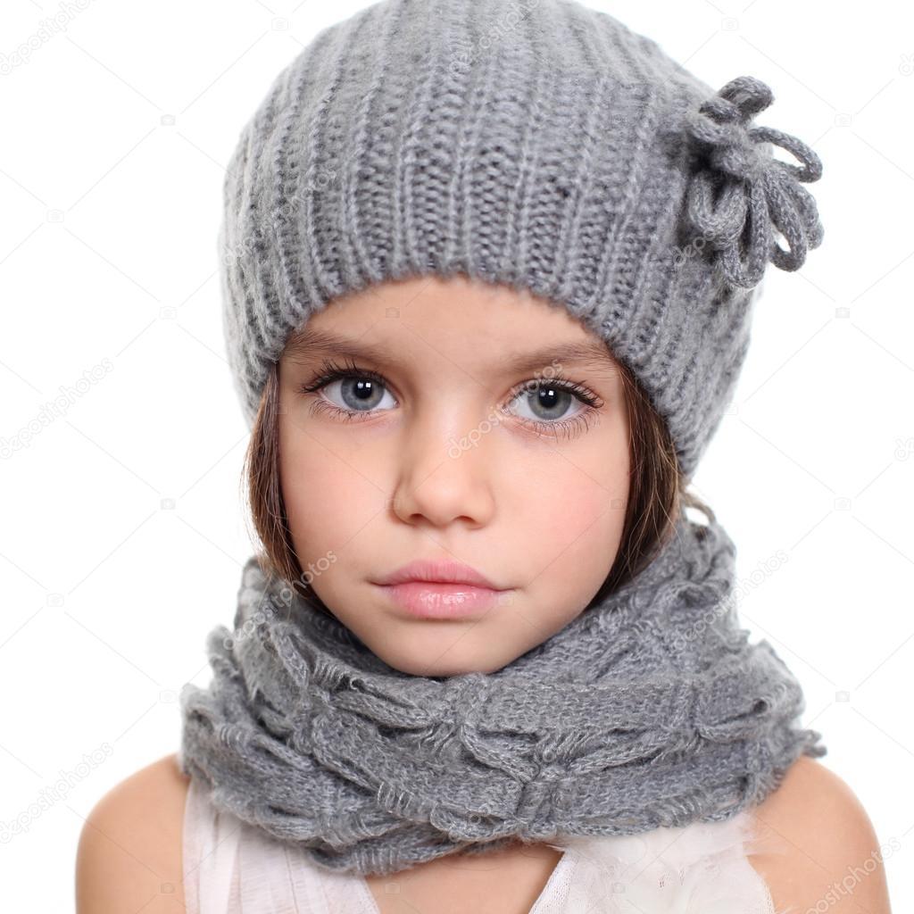 bambina in un berretto e scaldacollo sciarpa grigia — Foto Stock ... eb25a8f80372
