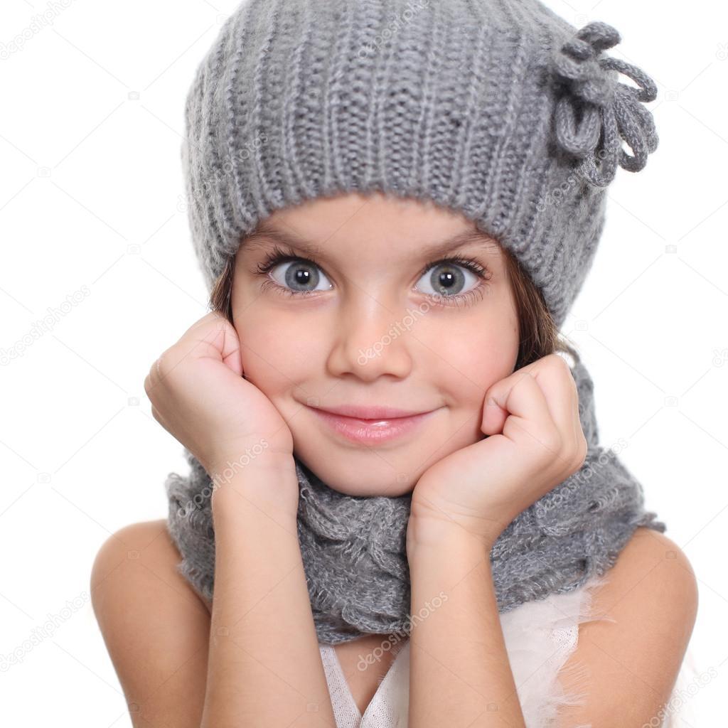 online selezionare per lo spazio di prim'ordine Bambina in un berretto e scaldacollo sciarpa grigia — Foto ...
