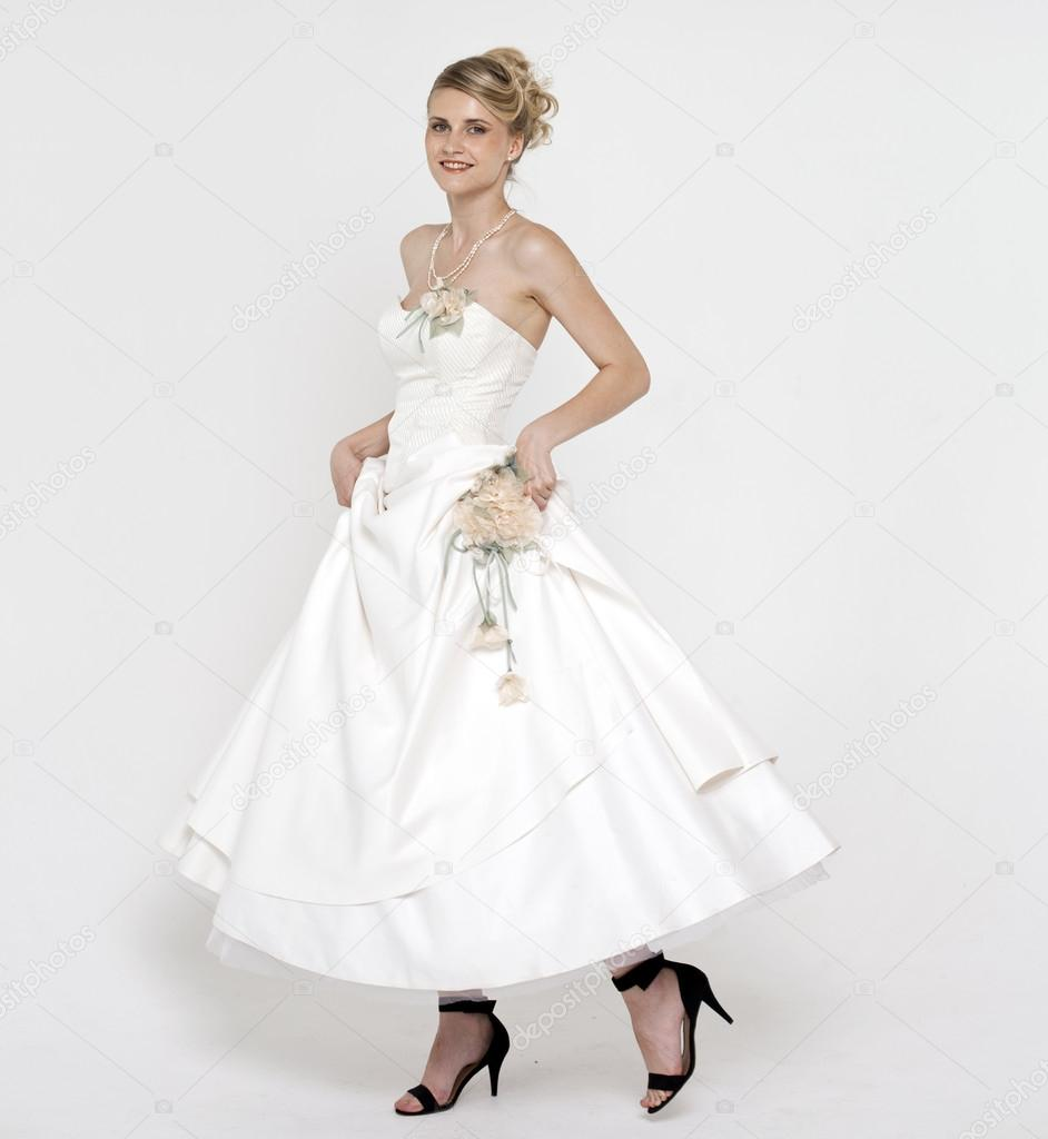 schöne blonde Braut Hochzeit Kleid — Stockfoto © arkusha #28245891