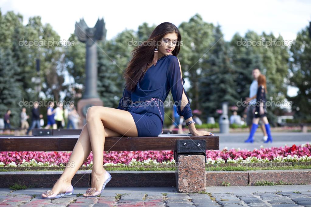 Фото женщины на лавке нога на ногу фото 567-681