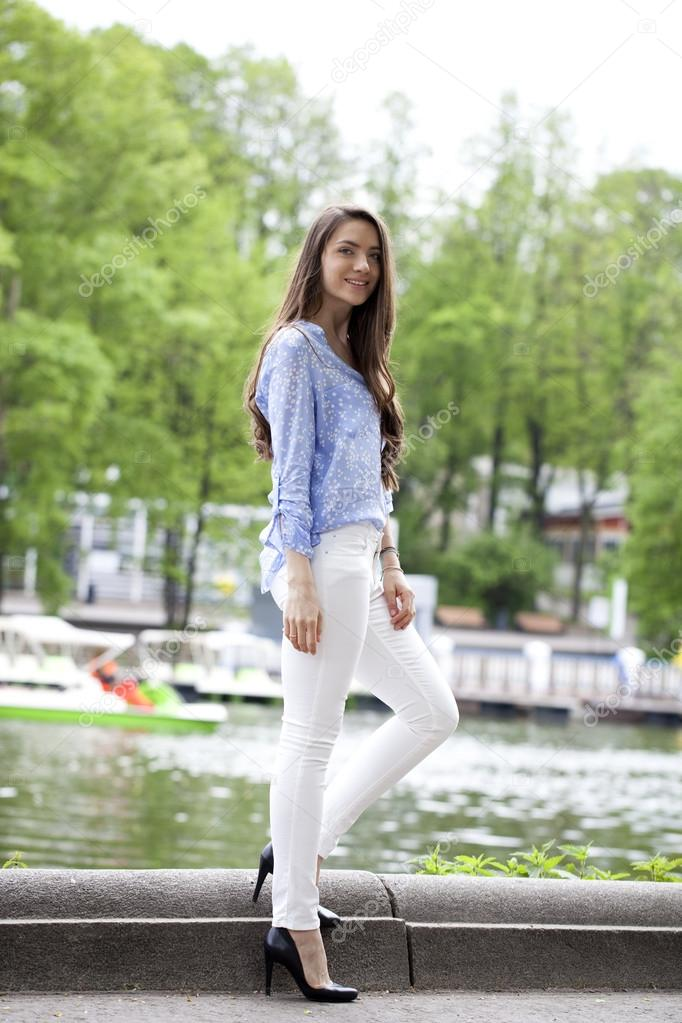 E Bianchi Ritratto In Donna Bella Lunghezza Una Di Blu Pantaloni nqw8ApS