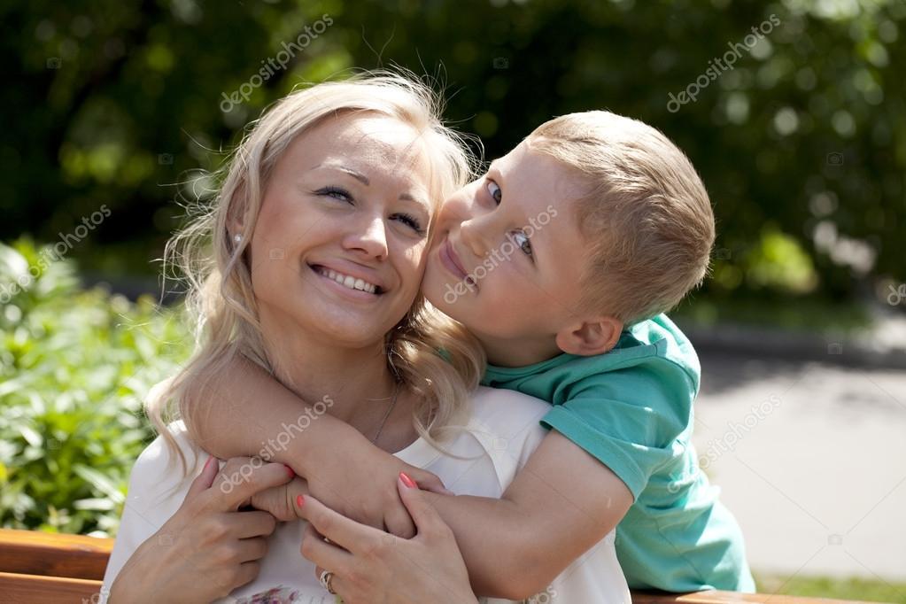 Сын мама и дочка моются
