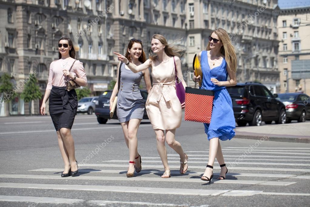 Cuatro Hermosas Chicas Caminando Por La Calle De Moda Fotos De Stock Arkusha 47794611