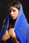 Fotografie junge hübsche Frau im indischen blaues Kleid