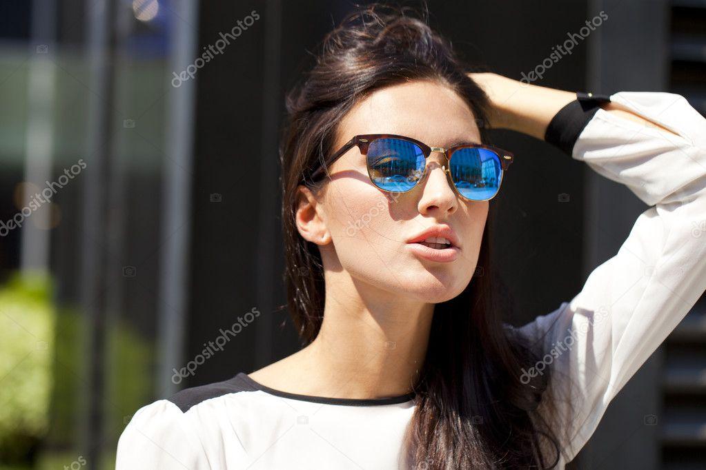 e6db803bee750 Mulher de negócios com óculos de sol espelhados azuis — Fotografia de Stock