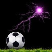 Fotografia pallone da calcio su erba verde