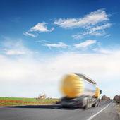 Fotografie kamion na dálnici