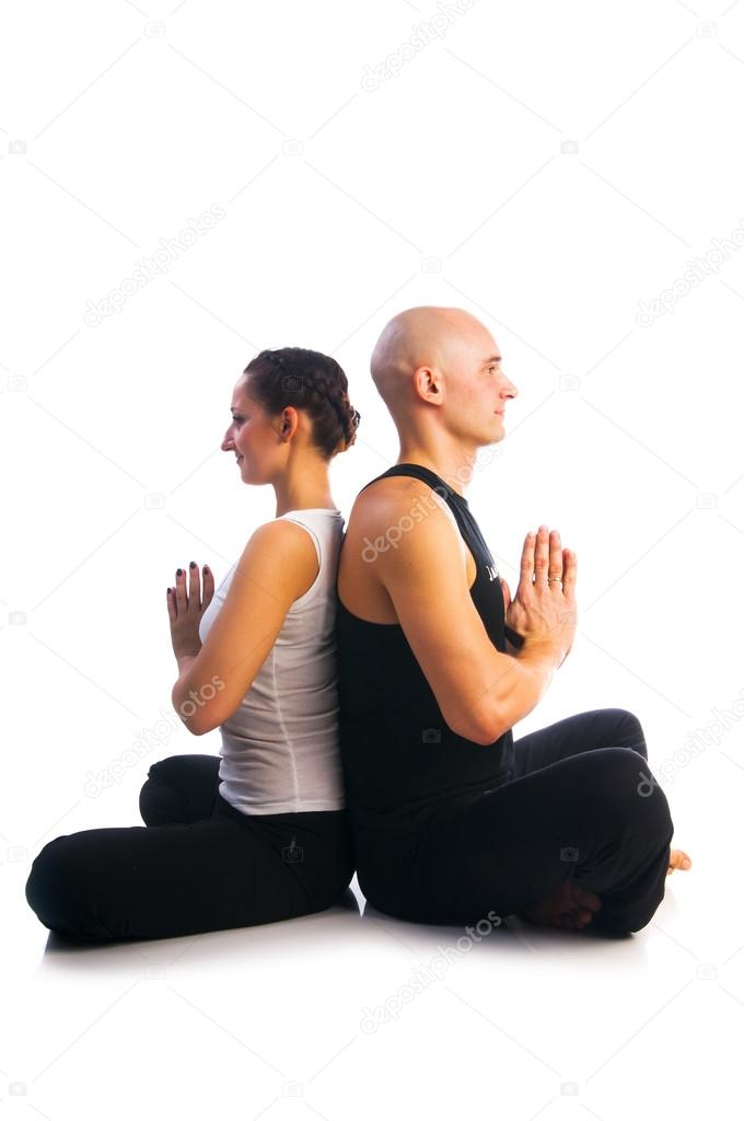 Yoga seria  pareja joven en postura fácil (sukhasana) con gesto mudra  namaste aislado en fondo blanco — Foto de nanka-photo 325f063c0cba