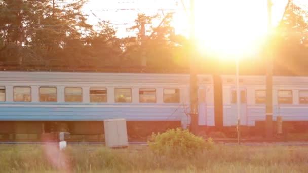 Treno Al Tramonto Con Raggi Di Sole Cool Buon Viaggio Sul Concetto