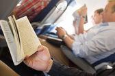 Fotografia lettura di libri in aeroplano