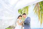 esküvői. gyönyörű pár a strandon