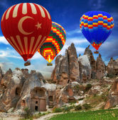 Photo Hot air balloon flying mountain