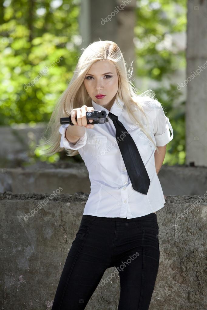 mujer espía con arma — Foto de stock © eddiephotograph #30443099