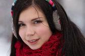 dívka v špunty do uší venku v zimě
