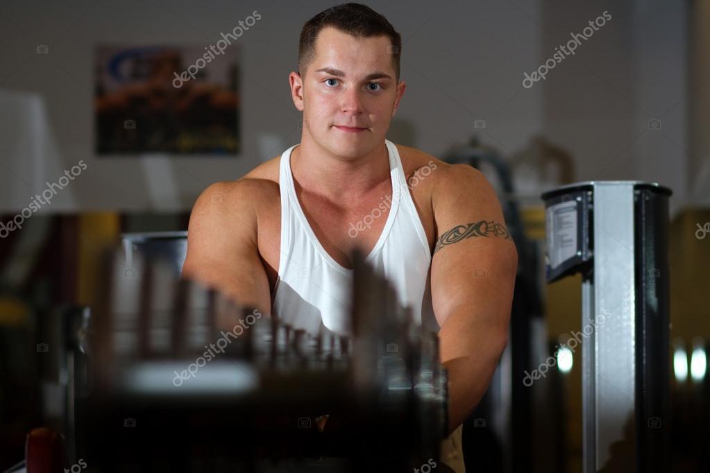 Pompowana Młodego Człowieka Z Tatuaż W Siłowni Zdjęcie