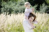 Fotografie mladá matka a její batole dívka