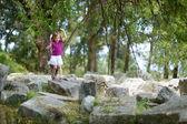 ein Mädchen, die Besichtigung der historischer Ruins von asclepieion