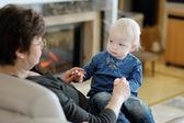 Fotografie babička a vnučka spolu hrají