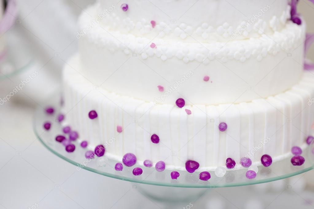 Weisse Hochzeitstorte Dekoriert Mit Lila Blasen Stockfoto