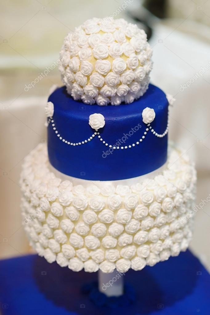 Blaue Hochzeitstorte Dekoriert Mit Blumen Stockfoto C Maximkabb