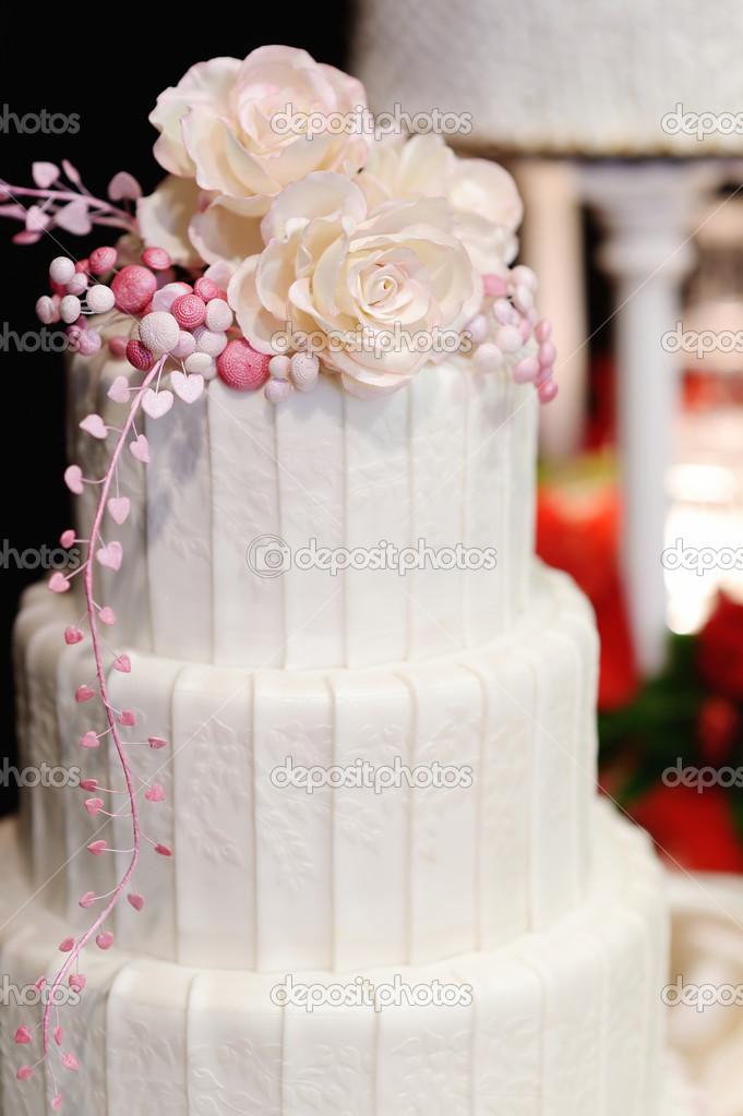 Weisse Hochzeitstorte Mit Rosa Blumen Verziert Stockfoto