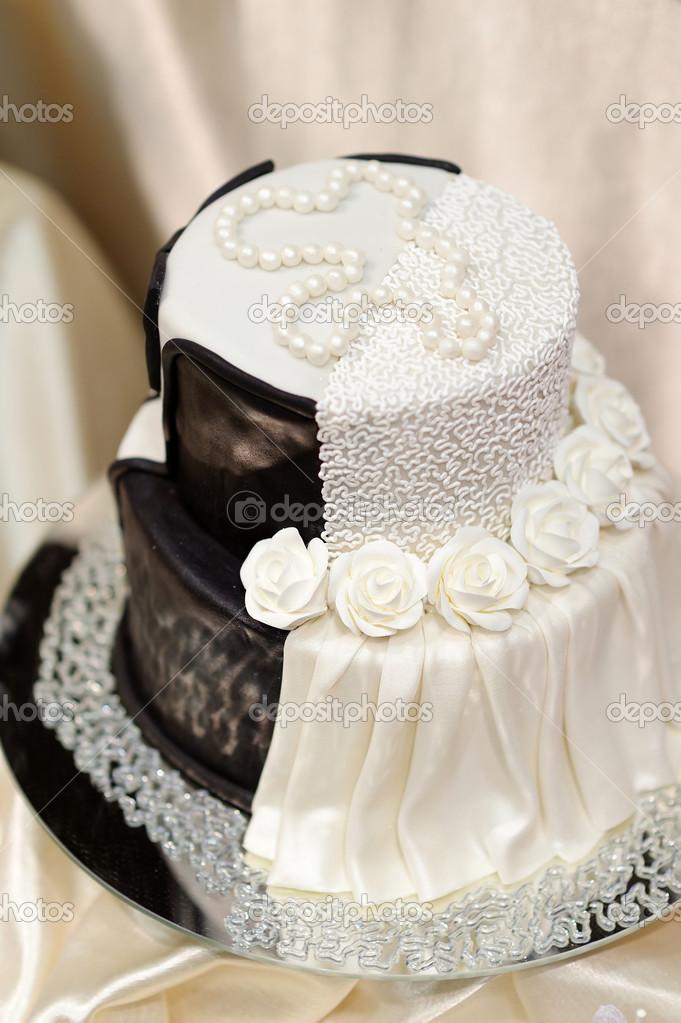 fekete fehér esküvői torta fehér fekete esküvői torta — Stock Fotó © maximkabb #43467617 fekete fehér esküvői torta