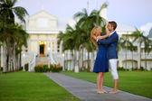 fiatal házaspár egy trópusi üdülőhely