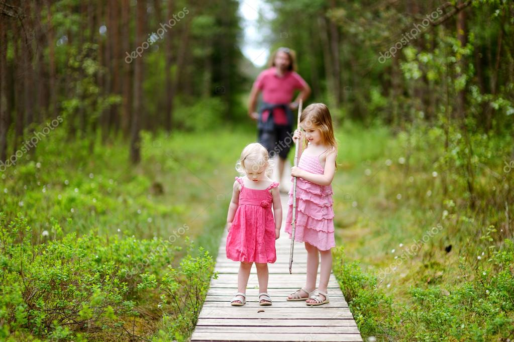 С сестрой в лесу фото