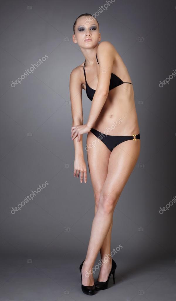 Блондинка в красивом черном нижнем белье на кроватке фото 587-767
