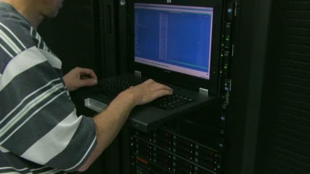 člověk pracující v serverové místnosti