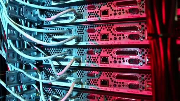 Supercomputer mit Kabel und Lampen