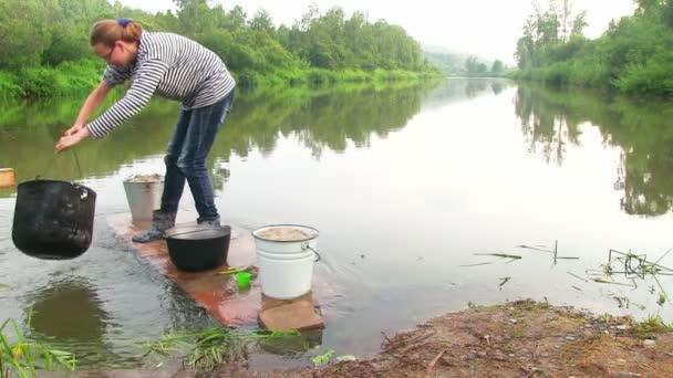 mladá žena mytí pánev