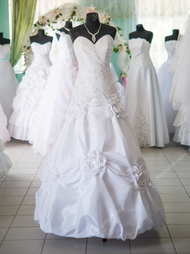 5bb9e76ff55 vestidos de novia en maniquíes — Fotos de Stock © ksena32 #27405201