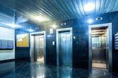 Fényképek modern lift nyitott és zárt ajtók