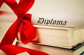 Fotografie diplom s červenou stužku a knihy