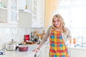 Fotografie lächelnde junge Hausfrau in modernen Küche