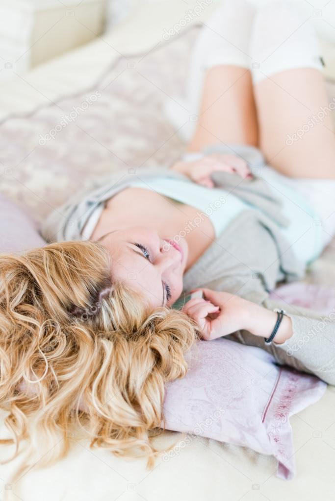Блондинки на кровати фото